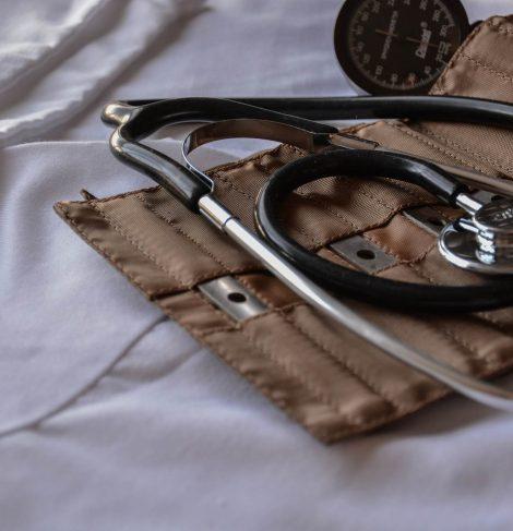 stetoskop i opaska do mierzenia ciśnienia